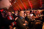 Hans Spekman geeft Ruud Koole een schouderklop nadat bekend is geworden dat Koole definitief niet herkiesbaar is als senator. In Utrecht wordt het PvdA congres gehouden. Tijdens het congres wordt de aftrap gegeven voor de verkiezing van de Provinciale Staten en de waterschappen. Ook wordt afscheid genomen van Mariette Hamer an Frans Timmermans.<br /> <br /> The Labour Party conference is held in Utrecht. During the conference, the kickoff is given for the election of provincial and district water boards.