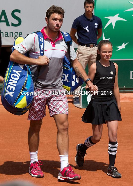 Stanislas Wawrinka (SUI) kommt auf den Centre Court mit Ballm&auml;dchen an der Hand, Herren Finale<br /> <br /> Tennis - French Open 2015 - Grand Slam ITF / ATP / WTA -  Roland Garros - Paris -  - France  - 7 June 2015.