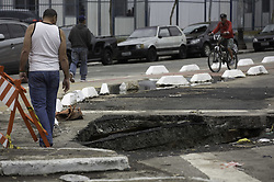 November 20, 2018 - SãO Paulo, Brazil - SÃO PAULO, SP - 20.11.2018: CRATERA NO CENTRO DE SÃO PAULO - Cratera opened at a crossroads between Mauá and General Couto de Magalhães streets, in central São Paulo, on Tuesday morning (20). Residents said that the hole had been closed and reopened. (Credit Image: © Bruno Rocha/Fotoarena via ZUMA Press)