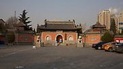 Dazhongsi, le temple de la Grande Cloche au nord-ouest de Pékin sur Beisanhuan Xilu. Aujourd'hui désaffecté il n'abrite plus de cérémonies religieuses mais a été transformé en musée des cloches de bronze. 6 janvier 2013.