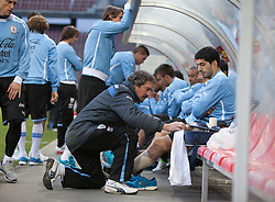 04.03.2014, Woerthersee Arena, Klagenfurt, AUT, Testspiel, Oesterreich vs Uruguay, Training Uruguay, im Bild Luis Suarez (Uruguay) wird bandagiert // Luis Suarez (Uruguay) is taped during Training of Uruguay ahead of the International Friendly between Austria and Uruguay at the Woerthersee Arena, Klagenfurt, Austria on 2013/03/04. EXPA Pictures © 2014, PhotoCredit: EXPA/ JFK