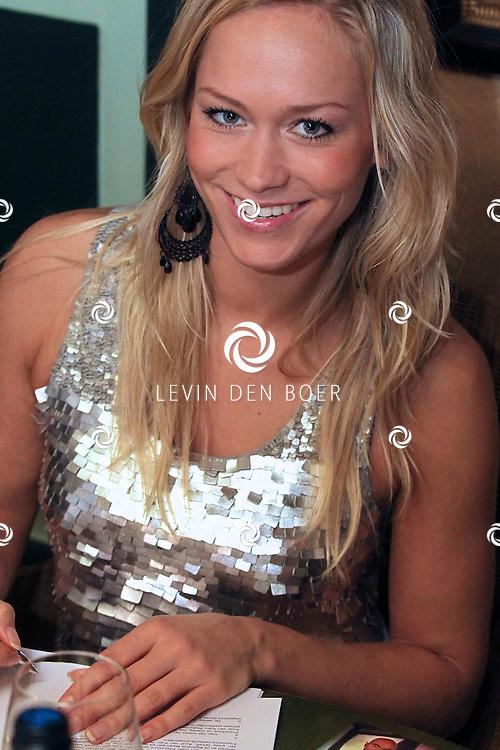 DEN BOSCH - In Bistro/Restaurant Allerlei en Visserij tekenden de nieuwe formatie Twenty 4 Seven het contract met Ruud van Rijen waarmee ze een nieuwe start gaan maken. Met op de foto Li-Ann. FOTO LEVIN DEN BOER - PERSFOTO.NU ***EXCLUSIEF***