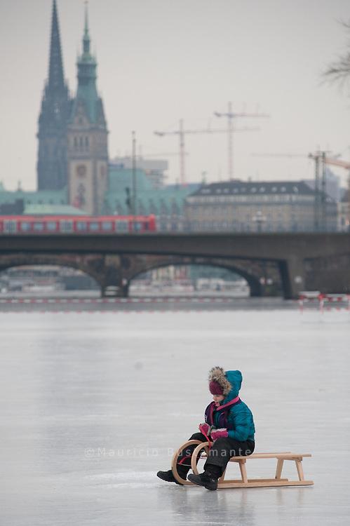 Alstervergnügen 2010: Am Wochenende könnte das Eisvergnügen starten ..Die Hamburger Alster ist noch immer nicht offiziell für das Alstervergnügen 2010 freigegeben. Die Hanseaten stört dies jedoch wenig. Sie betraten die Alster bereits am vergangenen Wochenende - mit Schlittschuhen, Spazierstock und Kinderwagen..Ausschlaggebend für die Freigabe zum Alstervergnügen ist daher die durchschnittliche Eisschicht auf den freien Flächen der Alster. Und eben diese soll heute Mittag überprüft werden. Beträgt die Eisschicht bei 50 Messungen mindestens 20 Zentimeter, würde die Alster am Wochenende für das Alstervergnügen 2010 freigegeben werden - und zwar erstmals seit 13 Jahren...Das Interesse an diesem Eisvergnügen ist dabei sowohl bei der Bevölkerung als auch unter den Budenbesitzern sehr groß. Sollte das Eis heute für das Alstervergnügen 2010 freigegeben werden, beginnt der Wettlauf um einen der höchstens zehn Quadratmeter großen Plätze auf der Alster. Höchstens 150 Buden würden bei einer Eisfreigabe für das Alstervergnügen 2010 zugelassen werden. Ein Auswahlverfahren wird es jedoch nicht geben. Fürs Alstervergnügen 2010 gilt: Wer zuerst kommt malt zuerst.