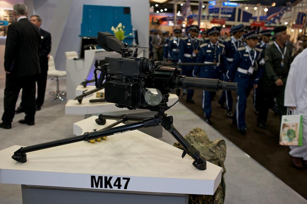 IDEX 2011 in Abu Dhabi. ASIEN, VEREINIGTE ARABISCHE EMIRATE, EMIRAT ABU DHABI, ABU DHABI, 24.02.2011: Die International Defence Exhibition & Conference 2011 (IDEX) findet alle zwei Jahre in Abu Dhabi statt. Ein Pflichttermin im Kalender von Waffenfabrikanten, Regierungen, Generalstaeben. Beliebt ist die Idex auch bei Schulklassen, Familien, Privatleuten, allen, die auch einmal in eine hypermoderne Schlachtfeldmontur schluepfen moechten oder in eine Panzerluke. Denn zur Idex zugelassen sind nicht nur Waffenhaendler und Militaers, es ist eine Publikumsmesse fuer jedermann.