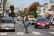 Een man fietst over Valencia in San Francisco. De Amerikaanse stad San Francisco aan de westkust is een van de grootste steden in Amerika en kenmerkt zich door de steile heuvels in de stad. Ondanks de heuvels wordt er steeds meer gefietst in de stad.<br /> <br /> Cyclists in San Francisco. The US city of San Francisco on the west coast is one of the largest cities in America and is characterized by the steep hills in the city. Despite the hills more and more people cycle.