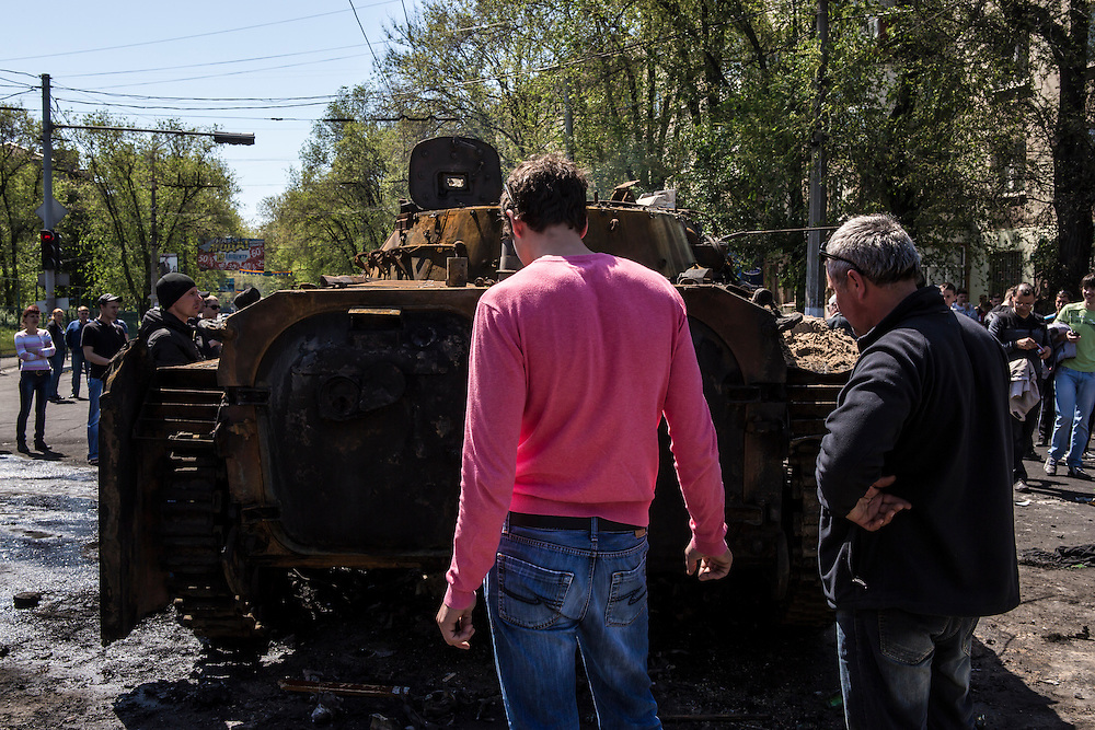 MARIUPOL, UKRAINE - MAY 10: People inspect a burned tank a day after deadly clashes on May 10, 2014 in Mariupol, Ukraine. A referendum on greater autonomy is planned for the region tomorrow. (Photo by Brendan Hoffman/Getty Images) *** Local Caption ***