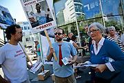 Frankfurt am Main | 27 August 2016<br /> <br /> Ein Samstag auf der Einkaufsstra&szlig;e Zeil in der Innenstadt von Frankfurt am Main, hier: Eine Teilnehmerin einer Kundgebung der Initiative &quot;Pro Bargeld&quot; diskutiert mit Aktivisten der Satire-Partei &quot;Die Partei&quot;.<br /> <br /> photo &copy; peter-juelich.com