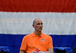 28-12-2013 VOLLEYBAL: TOPVOLLEYBAL TOURNOOI NEDERLAND BELGIE: ALMELO<br /> Nederland wint de eerste wedstrijd met 3-0 van Belgie / Trainer Ron Zwerver<br /> &copy;2013-FotoHoogendoorn.nl