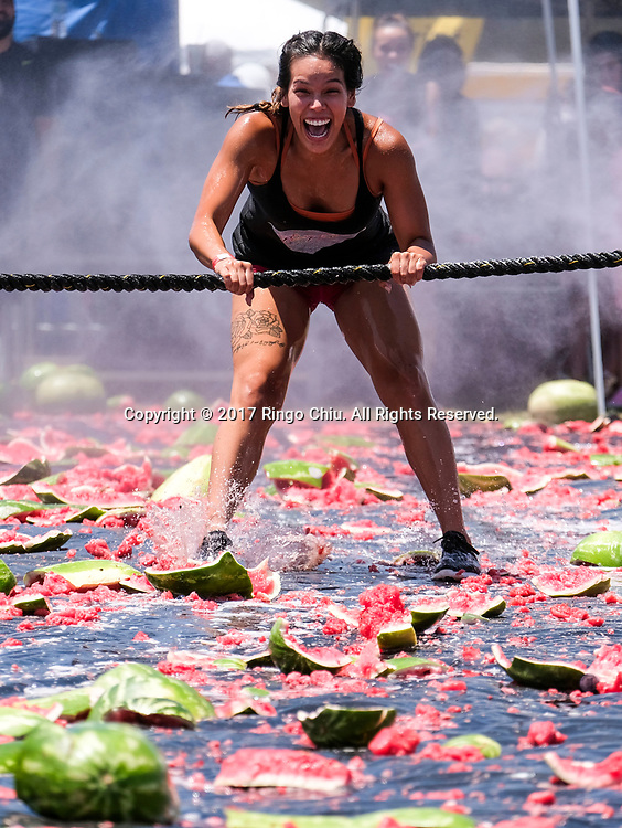 新华社照片,洛杉矶,2017年7月30日<br />     (国际)(1)第五十五届加州西瓜节<br />     7月29日,民众参与西瓜游戏。<br />     在美国洛杉矶,大批民众出席了&quot;第五十五届加州西瓜节&quot;。<br />     新华社发(赵汉荣摄)<br /> A woman plays the watermelon games at the 55th Annual California Watermelon Festival in Los Angeles, the United States, Saturday, July 29, 2017. (Xinhua/Zhao Hanrong)