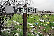 Italie, Casaluce, 6-3-2008..Afvalbergen in de straten van Napels en omgeving. De stad weet met zijn afval geen raad meer en in het hele gebied liggen illegale hopen afval. Een nieuwe vuilverbrandingsoven is pas in 2009 bedrijfsklaar. Tot die tijd heeft de maffia, camorra grote invloed op de afvalverwerking van deze stad...Industrieel afval en huishoudelijk afval veroorzaken grote water en bodemvervuiling, terwijl de streek een belangrijk tuinbouwgebied is. op de foto: bij het kerkhof van Casaluce. ..Foto: Flip Franssen