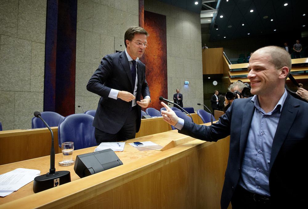 Nederland. Den Haag, 26 april 2012. <br /> Debat over gesloten akkoord.Diederik Samsom PvdA schudt demissionair premier Rutte de hand na afloop<br /> VVD, CDA, D66, GroenLinks en ChristenUnie zijn met het kabinet een principe-akkoord overeengekomen over de begroting van volgend jaar.<br /> Men is als Tweede Kamer uit de impasse gekomen om voor mei een begroting voor 2013 op te stellen na de val van het kabinet Rutte van VVD, CDA en met gedoogsteun van de PVV van Geert Wilders. Crisisakkoord na mislukken ook van Catshuisberaad. 3% Financieringstekort.<br /> Het kabinet en de regeringspartijen VVD en CDA hebben in twee politiek gezien krankzinnige dagen met de oppositiepartijen D66, GroenLinks en de ChristenUnie een akkoord gesloten over bezuinigingen en hervormingen in 2013. Minister Jan Kees de Jager van Financi&euml;n koppelde als verkenner de vijf partijen aan elkaar en kreeg in nog geen 30 uur voor elkaar waar VVD en CDA met gedoogpartij PVV in 7 weken overleg in het Catshuis niet in waren geslaagd. Politiek, kabinet Rutte, kabinetscrisis, Catshuisonderhandelingen, Tweede Kamer, <br /> Foto : Martijn Beekman