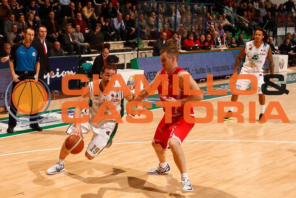 DESCRIZIONE : Siena Lega A 2010-11 Montepaschi Siena Cimberio Varese<br /> GIOCATORE : Marko Jaric<br /> SQUADRA : Montepaschi Siena <br /> EVENTO : Campionato Lega A 2010-2011<br /> GARA : Montepaschi Siena Cimberio Varese<br /> DATA : 06/02/2011<br /> CATEGORIA : palleggio<br /> SPORT : Pallacanestro<br /> AUTORE : Agenzia Ciamillo-Castoria/P. Lazzeroni<br /> Galleria : Lega Basket A 2010-2011<br /> Fotonotizia : Siena Lega A 2010-11 Montepaschi Siena Cimberio Varese<br /> Predefinita :