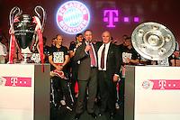 Fussball  DFB  POKAL  FINALE  SAISON  2012/2013     Champions Party des FC Bayern Muenchen nach dem Gewinn des DFB Pokal und Triple         02.06.2013 Vorstandsvorsitzender Karl Heinz Rummenigge (Mitte li.) umarmt Praesident Uli Hoeness mit CHL Pokal und Meisterschale