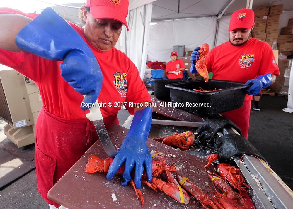 新华社照片,洛杉矶,2017年7月17日<br />     (国际)(4)第十九届年度洛杉矶港口龙虾节<br />     7月16日,一名厨师正烹饪龙虾。<br />     在美国洛杉矶圣佩德罗,大批民众出席了号称世界上最大龙虾节&quot;第十九届年度洛杉矶港口龙虾节&quot;。<br />     新华社发(赵汉荣摄)<br /> A chef prepares lobsters at the 19th Annual Port of Los Angeles Lobster Festival in San Pedro, California, the United States, Sunday, July 16, 2017. The world&rsquo;s largest lobster festival, which has been a Southern California tradition since 1999. The event features fresh Maine lobster, wine and draft beer, free entertainment, live music, shopping, and other culinary delights. (Xinhua/Zhao Hanrong)(Photo by Ringo Chiu)<br /> <br /> Usage Notes: This content is intended for editorial use only. For other uses, additional clearances may be required.