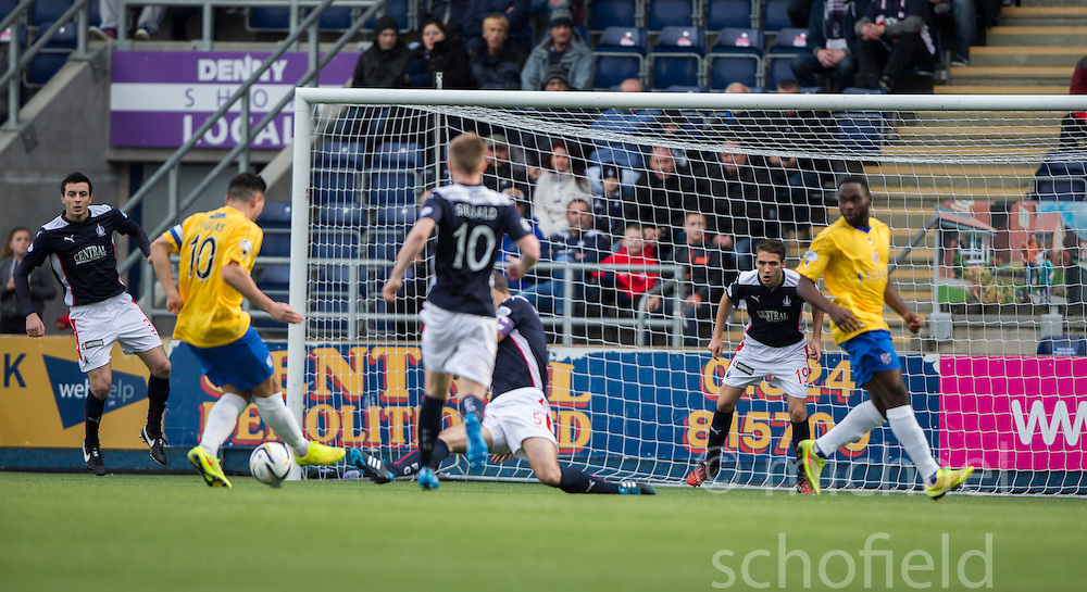 Cowdenbeath's Sean Higgins misses a first half chance.<br /> Falkirk 6 v 0 Cowdenbeath, Scottish Championship game played at The Falkirk Stadium, 25/10/2014.