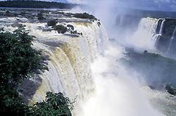Foz do Iguacu, Parana, Brasil..As Cataratas do Iguacu (espanhol: Cataratas del Iguazu) sao uma reuniao de quedas no Rio Iguacu (Bacia do Parana), localizam-se dentro do Parque Nacional do Iguacu no Brasil e no Parque Nacional Iguazu na Argentina que, somados, correspondem a 250 mil hectares de floresta protegida. Os parques tanto brasileiro como argentino passaram a ser considerados Patrimonio da Humanidade em 1984 e 1986, respectivamente. Historicamente, as Cataratas do Iguacu foram descobertas em 1542 por Dom Alvar Nunez Cabeza de Vaca. O nome Iguacu vem das palavras da língua guarani y (agua) e guacu (grande)./ Iguazu Falls (Spanish: Cataratas del Iguazu are waterfalls of the Iguazu River located on the border of the Brazilian state of Parana (in the Southern Region) and the Argentine province of Misiones. The Falls are shared by the Iguazu National Park (Argentina) and Iguacu National Park (Brazil). These parks were designated UNESCO World Heritage Sites in 1984 and 1986 respectively. The name Iguazu comes from the Guarani words y (water) and guasu (big). The first European to find the falls was the Spanish Conquistador Alvar Nunez Cabeza de Vaca..Foto © Adri Felden/Argosfoto