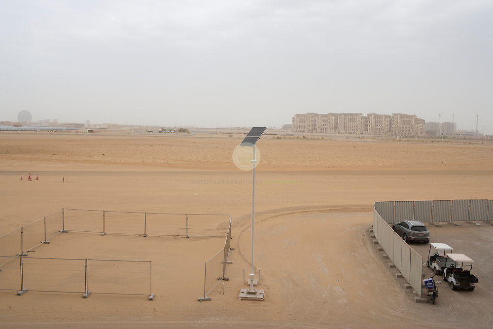 Masdar City. ASIEN, VEREINIGTE ARABISCHE EMIRATE, EMIRAT ABU DHABI, ABU DHABI, 13.04.2011: Ausblick vom Masdar Institute Campus auf die noch unbebaute Flaeche. Die Wu?stenstadt Masdar sollte das Silicon Valley fu?r nachhaltige Technologien werden. 2006 rief Scheich Mohammad Bin Zayed al-Nahyan, Kronprinz von Abu Dhabi, das Projekt ins Leben. Die Fertigstellung des Projekts wird sich verzoegern: statt wie geplant 2016 wird die Oekostadt fruehestens 2025 fertig. - Stichworte: Nachhaltigkeit, Masdar, City, Emirat, Vision, Zukunft, Arabien, Stadt, Oekologie, Gruen, Planung, Foster, Architekt, Wueste, Umwelt, Technik, Universitaet, Verzoegerung
