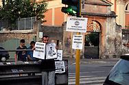 Roma 25 Settembre 2009.Clandestino Day.iniziativa promossa del settimanale Carta sul tema del diritto all'immigrazione. Un gruppo di volontari dell'associazione Popica e una decina di rom del vicino campo di via di Centocelle puliscono i vetri delle automobili ferme al semaforo e, invece di chiedere in cambio monete, distribuiscono volantini sul pacchetto sicurezza..Initiative promoted of the magazine Carta on the theme of the right to the immigration. A group of volunteers of the association Popica and a group of rom of the neighbor camp of street of Centocelle they clean the glasses of the firm automobiles to the semaphore and, instead of asking in change coins, they distribute fliers on the packet safety