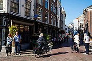 Mensen lopen en fietsen bij het Wed in Utrecht.<br /> <br /> People in the city center of Utrecht.