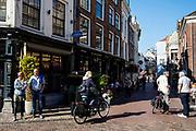 Mensen lopen en fietsen bij het Wed in Utrecht.<br /> <br /> People in the city center of Utrecht.