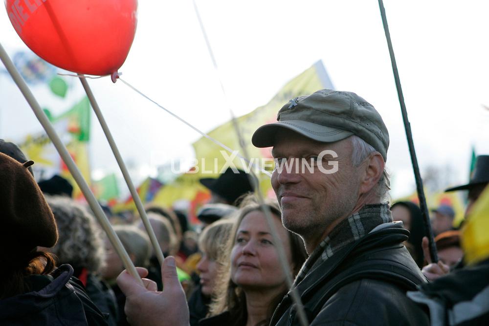 Der nieders&auml;chsische Landtagsabgeordnete Kurt Herzog (Die Linke) besucht die bundesweite Anti-Atom-Kundgebung in Splietau bei Dannenberg im Wendland. 50.000 Menschen protestieren friedlich gegen die Atompolitik der schwarz-gelben Regierung. Im Bild: Kurt Herzog, Lokalpolitiker aus dem Wendland f&uuml;r die Partei Die Linke und die SoLi<br /> <br /> Ort: Splietau<br /> Copyright: Karin Behr<br /> Quelle: PubliXviewinG
