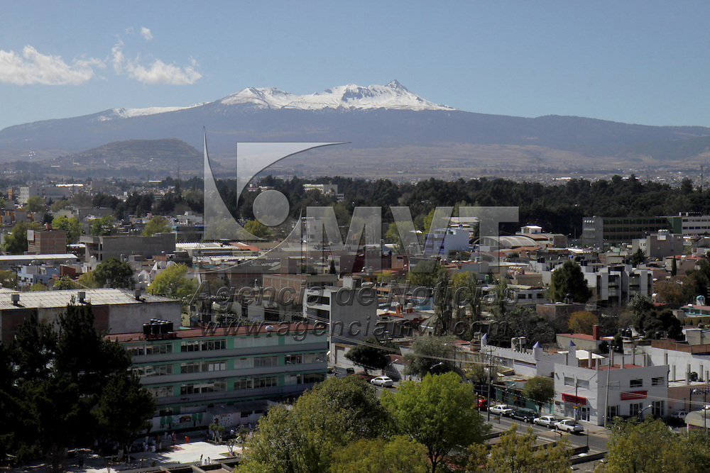TOLUCA, México.- Como pocas veces se disfruta en la ciudad se puede observar el Volcán Xinantecatl nevado, después de pasar los frentes fríos que azotaron el país, con un cielo despejado se puede observar este espectáculo desde la capital mexiquense y municipios aledaños. Agencia MVT / Crisanta Espinosa. (DIGITAL)