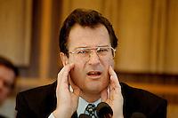 """02 FEB 1998, BONN/GERMANY:<br /> Klaus Kinkel, Budesaußenminister, Pressekonferenz """"Bosnienaufbauhilfe"""", Bundes-Pressekonferenz<br /> IMAGE: 19980202-01/02-15"""