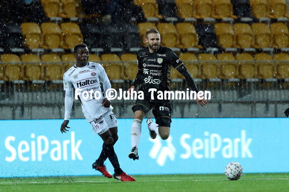 5.4.2017, OmaSP Stadion, Sein&auml;joki.<br /> Veikkausliiga 2017.<br /> Sein&auml;joen Jalkapallokerho - FC Lahti.<br /> Richard Dorman (SJK) v Hassan Sesay (FC Lahti).