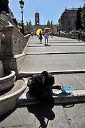 Roma 29 Luglio 2009.Una donna Rom chiede l'elemosina sulle scale del Campidoglio.<br /> Rome July 29 2009<br />  A Roma woman asks for alms on stairway of Campidoglio