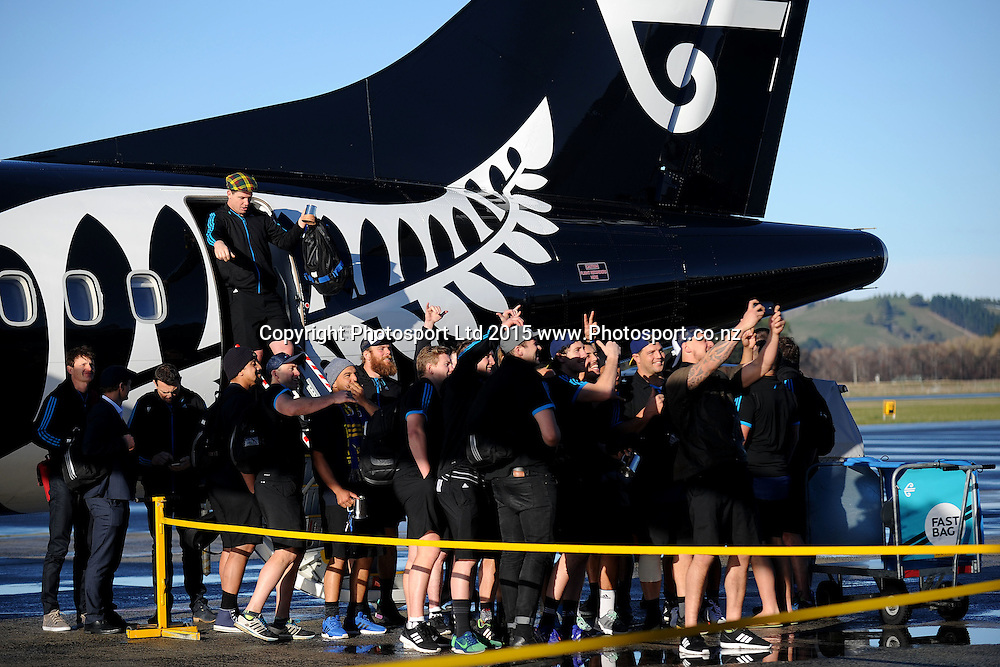 The Highlanders take a self portrait on the tarmac, during the Highlanders Airport Arrival after winning the Super Rugby Title, Dunedin Airport, Dunedin, New Zealand, 5 July 2015. Credit: Joe Allison / www.Photosport.co.nz