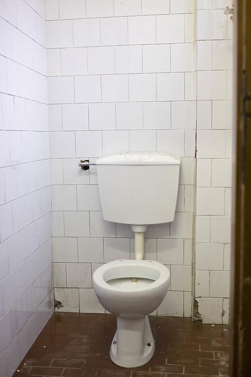 bagno della scuola in pessime condizioni<br /> <br /> school bathroom in poor condition