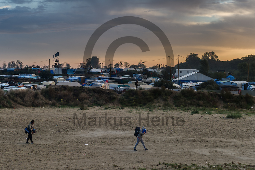 Calais, Frankreich - 17.10.2016<br /> Migranten verlassen am Morgen den Dschungel von Calais mit Gep&auml;ck. Das Fluechtlingscamp an der Kueste zum Aermelkanal soll laut franz&ouml;sischer Regierung in den n&auml;chsten Tagen geraeumt werden. In dem Camp leben um die 1000 Fluechtlinge und warten auf die Moeglichkeit zur Weiterreise durch den Eurotunnel nach Gro&szlig;britannien. Photo: Foto: Markus Heine / heineimaging<br /> <br /> Calais, France - 2016/10/17<br /> Migrants leave in the morning the Calais Jungle with their luggage. The refugee camp on the coast to the English Channel is to be cleared in the next few days, according to the French government. In the camp live around the 1000 refugees and wait for the possibility to travel further through the Eurotunnel to the UK. Photo: Foto: Markus Heine / heineimaging<br /> <br /> ------------------------------<br /> <br /> Ver&ouml;ffentlichung nur mit Fotografennennung, sowie gegen Honorar und Belegexemplar.<br /> <br /> Bankverbindung:<br /> IBAN: DE65660908000004437497<br /> BIC CODE: GENODE61BBB<br /> Badische Beamten Bank Karlsruhe<br /> <br /> USt-IdNr: DE291853306<br /> <br /> Please note:<br /> All rights reserved! Don't publish without copyright!<br /> <br /> Stand: 10.2016<br /> <br /> ------------------------------