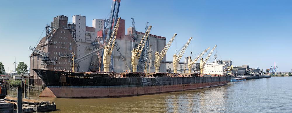 Im Rethe-Hafen bei KTG wird Getreide auf ein Schiff verladen..