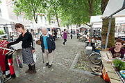 Op de Mariaplaats in Utrecht vindt de tweede Zelf Gemaakte Markt plaats. De markt is een initiatief van Sanne Bloem, die het leuk vond om een markt te hebben. Op de markt kunnen alleen zelf gemaakte spullen worden verkocht, maar het aanbod is divers. Van massage, tot brieven en kleding.<br /> <br /> People are visiting the market for home made products in Utrecht.