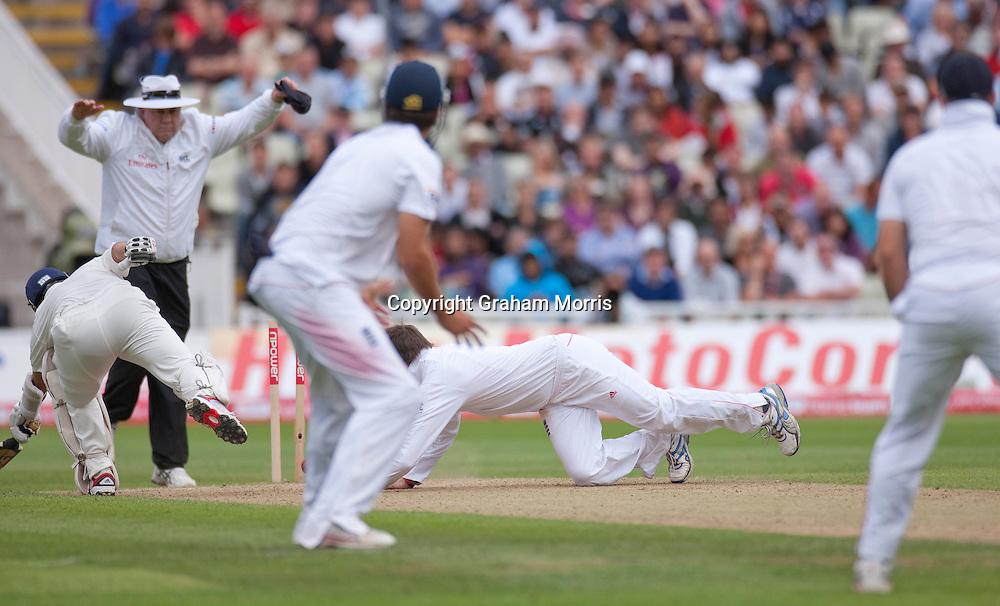 Bowler Graeme Swann runs out non-striker Sachin Tendulkar during the third npower Test Match between England and India at Edgbaston, Birmingham.  Photo: Graham Morris (Tel: +44(0)20 8969 4192 Email: sales@cricketpix.com) 13/08/11