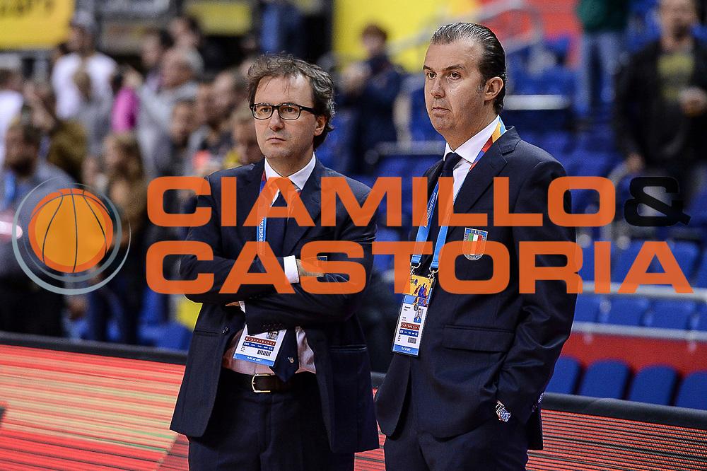 DESCRIZIONE : Berlino Berlin Eurobasket 2015 Group B Germany Germania - Italia Italy<br /> GIOCATORE : Simone Pianigiani Mario Fioretti<br /> CATEGORIA : Allenatore Coach Before Pregame<br /> SQUADRA : Italia Italy<br /> EVENTO : Eurobasket 2015 Group B<br /> GARA : Germany Italy - Germania Italia<br /> DATA : 09/09/2015<br /> SPORT : Pallacanestro<br /> AUTORE : Agenzia Ciamillo-Castoria/M.Longo
