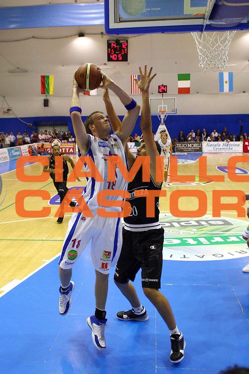 DESCRIZIONE: Capo D'Orlando Lega A1 2007-08 Pierrel Capo D'Orlando Virtus La Fortezza Bologna<br /> GIOCATORE: CJ Wallace<br /> SQUADRA: Pierrel Capo D'Orlando<br /> EVENTO: Campionato Lega A1 2007-2008<br /> GARA: Pierrel Capo D'Orlando Virtus La Fortezza Bologna<br /> DATA: 29/09/2007<br /> CATEGORIA: Tiro<br /> SPORT: Pallacanestro<br /> AUTORE: Agenzia Ciamillo-Castoria/J. Pappalardo<br /> GALLERIA: Lega Basket A1 2007-2008<br /> FOTONOTIZIA: Capo D'Orlando Lega A1 2007-08 Pierrel Capo D'Orlando Virtus La Fortezza Bologna<br /> PREDEFINITA: