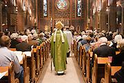 Aartsbisschop Joris Vercammen loopt richting het altaar. Op zondag 31 oktober is in de Getrudiskathedraal in Utrecht  Annemieke Duurkoop als eerste vrouwelijke plebaan van Nederland geïnstalleerd. Duurkoop wordt de nieuwe pastoor van de Utrechtse parochie van de Oud-Katholieke Kerk (OKK), deze kerk heeft geen band met het Vaticaan. Een plebaan is een pastoor van een kathedrale kerk, die eindverantwoordelijk is voor een parochie. Eerder waren bij de OKK al twee vrouwelijk priesters geïnstalleerd, maar die zijn geen plebaan.<br /> <br /> Archbishop Joris Vercammen is walking to the altar. At the St Getrudiscathedral in Utrecht the first female dean of the Old-Catholic Church (OKK), Annemieke Duurkoop, is installed together with a new pastor Bernd Wallet. The church has no connections with the Vatican.