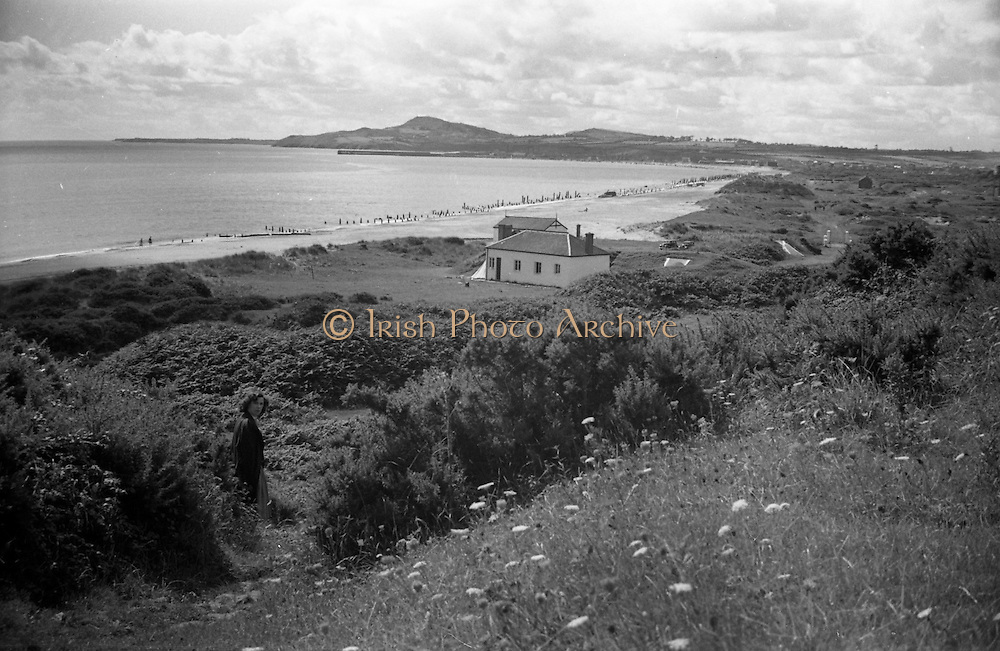 01/02/1957<br /> 02/01/1957<br /> 01 February 1957<br /> View of beach, sea and house possibly near Arklow, Co. Wicklow.