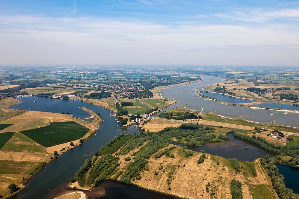 Nederland, Gelderland, Sint Andries, 08-07-2010; zicht op de Bommelerwaard, rechts de Waal, in de voorgrond Kanaal van Sint Andries, met schutsluis, righting Maas. Op deze plek, in de Gemeente Heerwaarden, naderen de twee rivieren elkaar het meest. .St Andrews Channel, with lock, between Meuse and Waal (right).  On this location, the two rivers approach each other the most, which in the past gave problems at high water levels. Above the channel a former fort..luchtfoto (toeslag), aerial photo (additional fee required).foto/photo Siebe Swart
