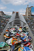 13 JUL 2001, BERLIN/GERMANY:<br /> Dosensammelstelle der Deutschen Umwelthilfe gegenueber dem Bundesrat<br /> IMAGE: 20010713-01-016<br /> KEYWORDS: Dosen, Blechdosen, Muell, Müll, Getränkedosen, Getraenkedosen, Wiederverwertung, Wertsoff