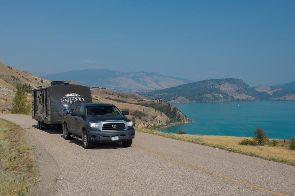 Canada, British Columbia,Okanagan Valley, Vernon,Kalamalka lake, car pulling trailer on shore