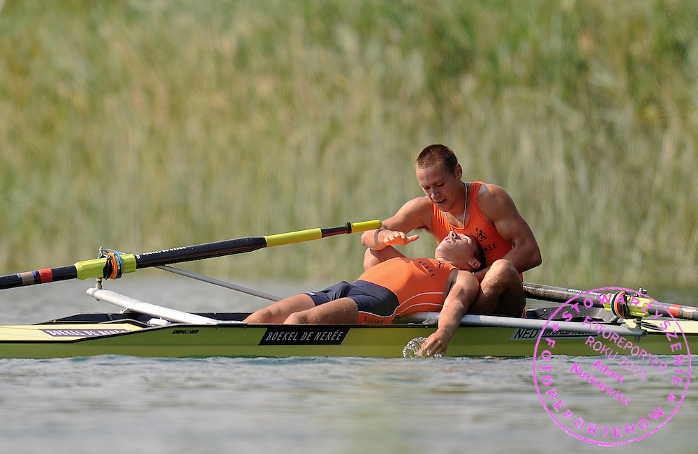 (L) TYCHO MUDA & (R) VINCENT MUDA (BOTH NETHERLANDS) CELEBRATE THEIR BRONZE MEDAL AT THE RACE MEN'S LIGHTWEIGHT PAIRS FINAL A DURING DAY 2 FISA ROWING WORLD CUP ON ESTANY LAKE IN BANYOLES, SPAIN...BANYOLES , SPAIN , MAY 30, 2009..( PHOTO BY ADAM NURKIEWICZ / MEDIASPORT )..PICTURE ALSO AVAIBLE IN RAW OR TIFF FORMAT ON SPECIAL REQUEST.