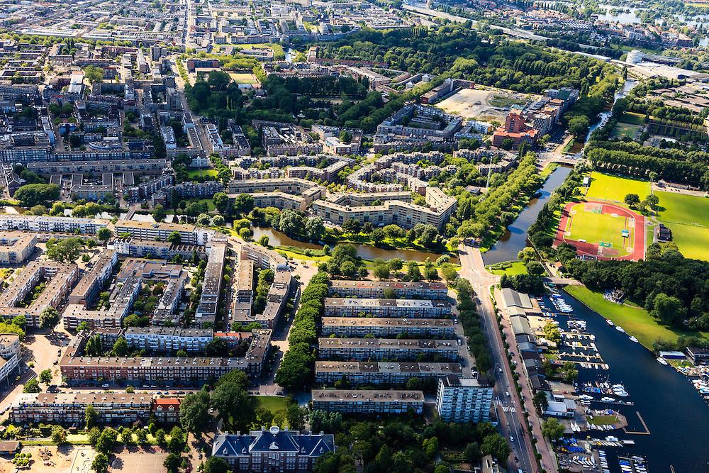 Nederland, Zuid-Holland, Rotterdam, 15-07-2012; Kralingen / Crooswijk.Kralingse Plaslaan (r) en de Sophiakade(m), de grens tussen Kralingen (b) en Crooswijk (t). Begraafplaats Oud-Crooswijk (t,r) en .midden onder in beeld het Libanon Lyceum. View on the residential districts Kralingen and Crooswijk of Rotterdam. luchtfoto (toeslag), aerial photo (additional fee required).foto/photo Siebe Swart