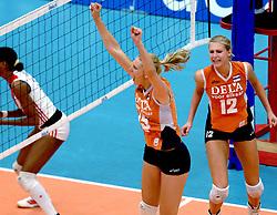 14-10-2006 VOLLEYBAL: DELA TROPHY: NEDERLAND - CUBA: DEN BOSCH<br /> De Nederlandse volleybalsters hebben ook de tweede wedstrijd in de testserie tegen Cuba, met als inzet de Dela Cup, gewonnen. In Den Bosch zegevierde Oranje zaterdagavond opnieuw met 3-2 / Ingrid Visser en Manon Flier <br /> ©2006-WWW.FOTOHOOGENDOORN.NL