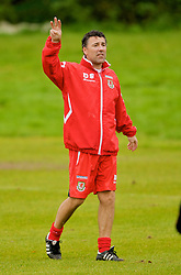 CARDIFF, WALES - Monday, October 13, 2008: Wales' assistant coach Dean Saunders during training at the Vale of Glamorgan Hotel ahead of the 2010 FIFA World Cup South Africa Qualifying Group 4 match against Germany. (Photo by David Rawcliffe/Propaganda)