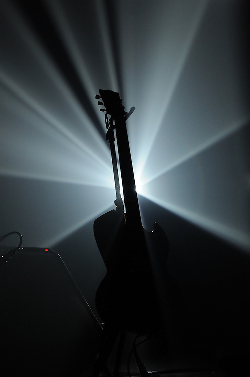 Gitarre im Scheinwerfer-Licht auf der Bühne    guitar on stage against spot light