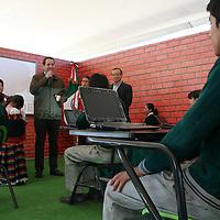 """Temoaya, Mexico.- El gobernador Eruviel Avila Villegas entrega a estudiantes de secundaria computadoras portatiles como parte del programa """"acciones por la educacion"""" del gobierno del Estado de Mexico. Agencia MVT / Jose Hernandez."""