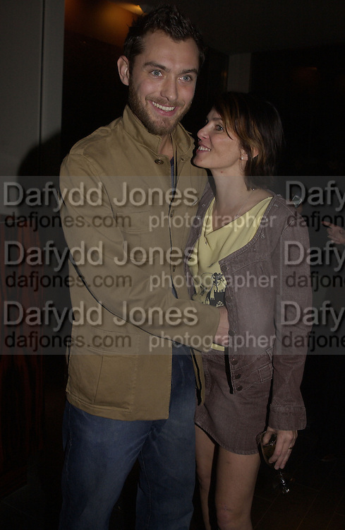 Sadie Frost and Jude Law. Frost French, Duke of York's theatre. St, Martin's Lane. 17/2/02© Copyright Photograph by Dafydd Jones 66 Stockwell Park Rd. London SW9 0DA Tel 020 7733 0108 www.dafjones.com