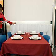 Nederland Rotterdam  29 januari 2009 20090129 Foto: David Rozing.Leerlingen VMB Noordrand college, studie richting zorg en welzijn leren tafel dekken.Dutch vmbo students learn how to properly arrange a table for dinner ..Foto: David Rozing